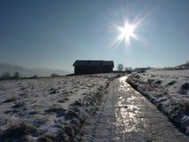 Snö-täckt grusväg i bergen Den härliga vintern landscape Fotografering för Bildbyråer