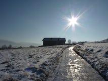Snö-täckt grusväg i bergen Den härliga vintern landscape Royaltyfri Foto