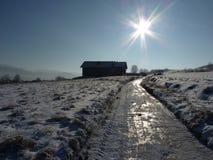 Snö-täckt grusväg i bergen Den härliga vintern landscape Arkivbild