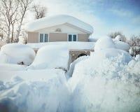 Snö täckt hus från häftig snöstorm Arkivfoto