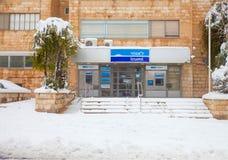 Snö-täckt ingång i den Leumi banken i Jerusalem Royaltyfri Foto