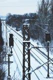 Snö-täckt järnvägdagstidning i Erlangen, Tyskland Arkivfoton