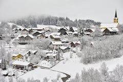 Snö-täckt romantiskt stadlandskap arkivfoto