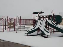 Snö täckt skolalekplats arkivfoto