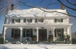 Snö täckt två-berättelse hem på jul, Woodstock, NY Royaltyfri Foto