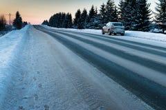 Snö-täckt väg på en vinterdag Royaltyfri Foto