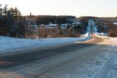 Snö-täckt väg på en vinterdag Arkivfoton
