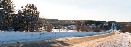 Snö-täckt väg på en vinterdag Arkivbilder
