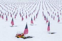 Snö-täckt veterankyrkogård med amerikanska flaggan Royaltyfria Foton