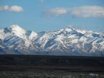 Snö täckte berg i April arkivbilder