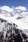 Snö täckte bergskedjamoln Arkivfoto