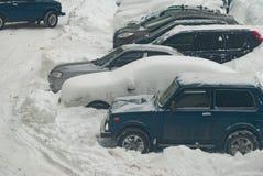 Snö-täckte bilar, efter en vinterstorm, arkivfoton