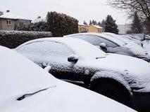 Snö-täckte bilar i vintern Höst Kallt väder Smutsig vägtrafik royaltyfria bilder