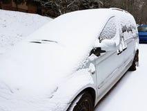 Snö-täckte bilar i vintern Höst Kallt väder Smutsig vägtrafik fotografering för bildbyråer