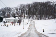 Snö täckte fält och vägen, nära Jefferson, Pennsylvania Arkivfoto