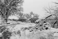Snö täckte gamla kanoner efter vinterstorm Arkivfoton