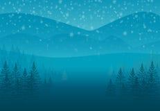 Snö-täckte granar för vinter skog på kullen Landskap som bakgrund är kan det använda julillustrationtemat Arkivbild