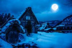 Snö täckte jordningen i vinter Stad med natthimmel och mycket Royaltyfria Bilder