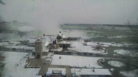 Snö täckte landskap framme av Niagara Falls royaltyfri foto
