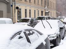 Snö-täckte parkerade bilar på den smala gränden i Moskva arkivbild
