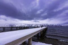 Snö täckte skeppsdockan på Okanagan sjön västra Kelowna British Columbia Kanada royaltyfria foton