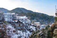 Snö täckte traditionella hus royaltyfria foton