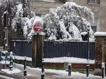 Snö täckte vägrenhörnet - utomhus- plats - gatabildspråket Arkivfoton