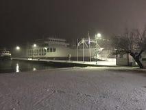 Snö vid havet på natten Arkivbild