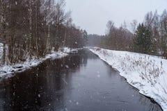 Snöa över vatten i en chanel i Sverige Royaltyfri Foto