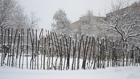 Snöa att falla på bakgrunden av det bleka staketet stock video