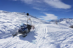 Snöa banan skidar på semesterorten i berget, Alpe di Mera, Italien Royaltyfri Foto