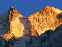Snöa berg på solnedgången Kaukasus Germogenova Mt och Ullukara Mt Fotografering för Bildbyråer