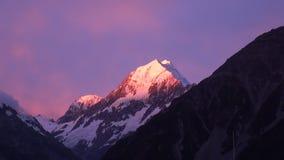Snöa berget på solnedgång i solljuspanorama i Nya Zeeland stock video