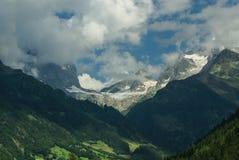 Snöa berget under blå himmel i gadmenna, Schweiz Arkivfoton