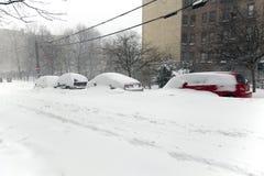 Snöa burriesbilar i häftiga snöstormen Jonas i Bronxen New York Royaltyfria Bilder