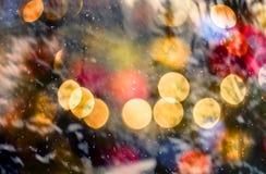 Snöa den abstrakta modellen med att snöa mot vinterskog- och bokehljus övervintra skog- och bokehljus Arkivfoto