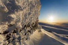 Snöa den iskalla väggen av den gamla elevatorn i bergen Hibiny Royaltyfria Foton