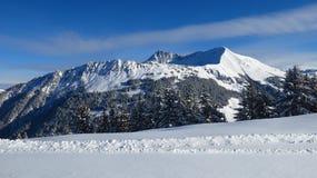 Snöa dolda berg Mt Lauenenhorn och Mt Gifer Fotografering för Bildbyråer