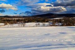 Snöa dolda berg och byn i Brunswick NY arkivfoton