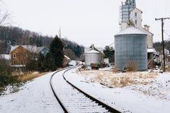 Snöa dolda den järnvägspår och silon, i Lineboro, Maryland Royaltyfri Fotografi