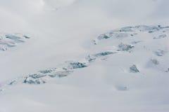 Snöa dolda glaciärsprickor och seracs i snöfält Arkivfoto