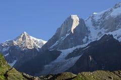 Snöa dolda Himalayan maxima som ses från den Kedarnath templet Arkivbilder