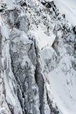 Snöa dolda klippor och glaciärsprickor i vinter Arkivbilder