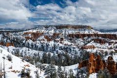 Snöa dolda kullar och skogen i Bryce Canyon, Utah Arkivbilder