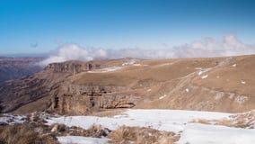 Snöa dolda steniga berg och svävamoln, Timelapse lager videofilmer
