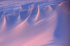 Snöa driva efter en häftig snöstorm i aftonen arkivfoto