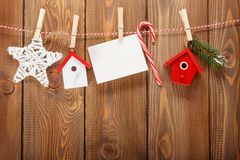 Snöa granträdet, fotoramen och juldekoren på rep Arkivbilder