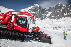 Snöa groomeren på semesterorten Tatranska Lomnica, Slovakien Arkivbild