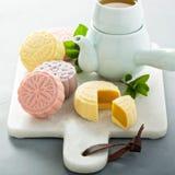 Snöa hudsötsaken och välsmakande mooncakes för traditionell kines arkivfoton