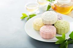 Snöa hudsötsaken och välsmakande mooncakes för traditionell kines royaltyfria bilder